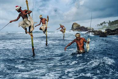 ꧁ ©Steve McCurry, Sri Lanka 1995, Les pêcheurs de Weligama ꧂