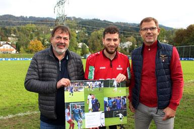 Egon Haag (links) und Markus Feldkircher (rechts) überreichten Semih Yasar vor dem Spiel eine kleine Erinnerung an seine Zeit beim SVL
