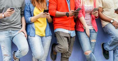 Gruppe von Jugendlichen mit Smartphones