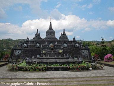 Lo stupa del Brahma Vihara Arama a Lovina - Bali (Photo by Gabriele Ferrando)
