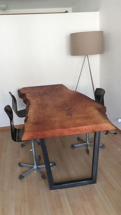 massangefertigter Metall Stahl Holz Tisch massiv