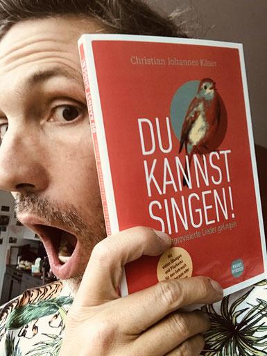 Christian Johannes Käser mit seinem Buch Du kannst singen