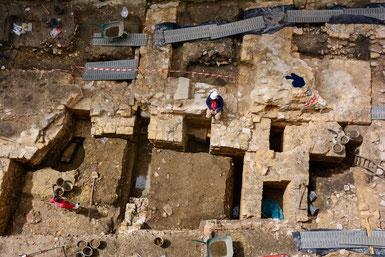 Vue d'ensemble de la fouille sur le site de l'église Saint-Éloi et son cloître. © Denis Gliksman/Inrap