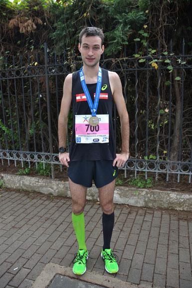 Lukas im Ziel des Athen-Marathons, von der Anstrengung gezeichnet, aber stolz auf die verdiente Medaille (Foto zVg)