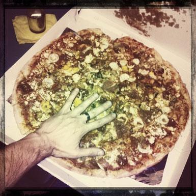 Pizza mit Till's Hand