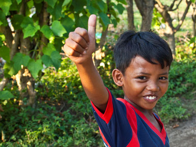 Een vrolijk lokaal jongetje op Lombok
