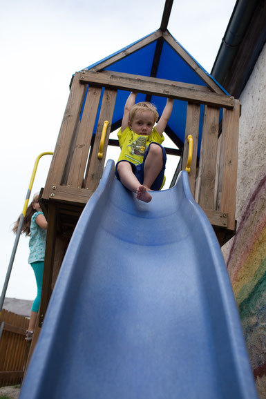 Im abgeschlossenen Hof kann man auf den Piratenturm klettern und rutschen oder schaukeln.