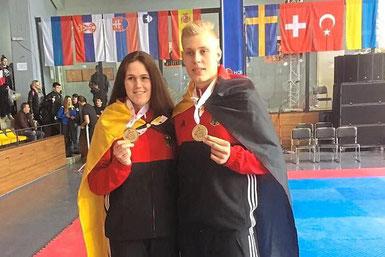Kann sich sehen lassen: Marc Lenkewitz präsentiert mit Nationalmannschaftskollegin Lorena Brandl die bei der U21-EM gewonnene Bronzemedaille. Foto: Martin Stach