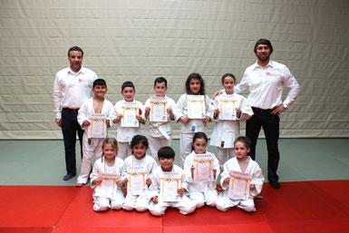 Die 10 Schüler der Albert Schweitzer Schule nach der Gürtelprüfung mit Prüfer Detlef Kaziur (links) und dem Sportlichen          Leiter des Städtischen Förderprojektes Judo.