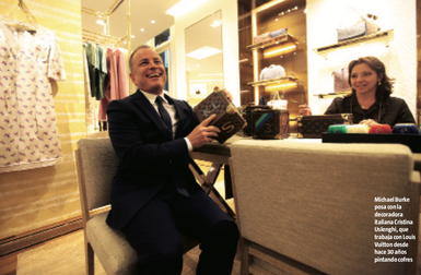 à gauche : Cristina - à droite : Directeur générale Louis vuitton et Cristina lors d'une séance de personnalisation dans la boutique Vuitton