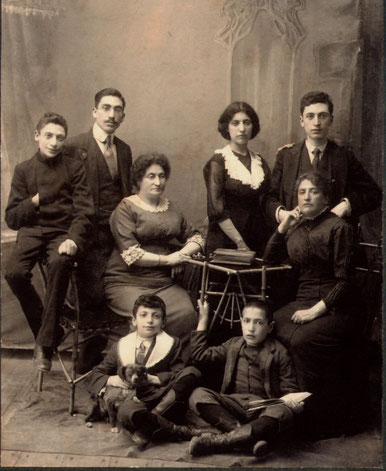 ロスコ一家(1910年)。マーク・ロスコは左下の犬を抱いている少年。
