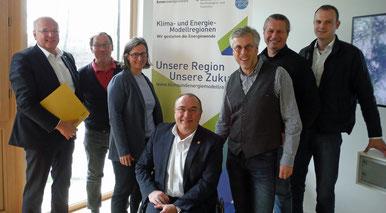 Weg frei für weitere Zusammenarbeit: Krems-Bgm. Dr. Reinhard Resch mit den Mitgliedern der KEM Krems