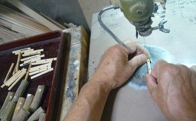 シジュウカラ笛のスライド棒の穴あけ作業