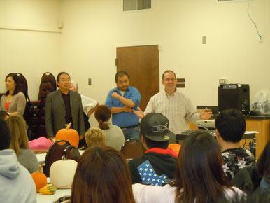 同じく挨拶を行う副学長のクリス(写真右)