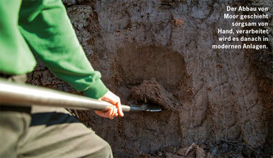 Moor wird sorgsam von Hand, schonend in modernen Anlagen verarbeitet.