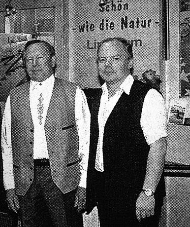 Willi Weigl sen. und Willi Weigl jun. am Messestand in Fürstenfeldbruck
