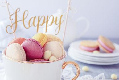 ピンクのバラの花束。コーヒーの入ったカップ&ソーサ。ページが開かれた書籍。