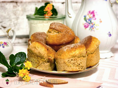 Bananen-Zimt Muffins mit Teeservice dekoriert
