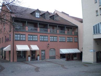 Die mittlere Fensterreihe sind die Praxisräumlichkeiten