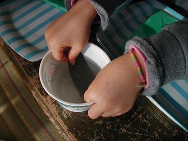 ⑨水ヤスリは、カサカサに乾かないように水につけるのを忘れずに。