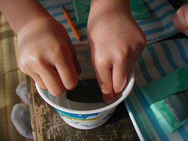 ④水ヤスリ(耐水サンドペ-パ-)を水にぬらします。