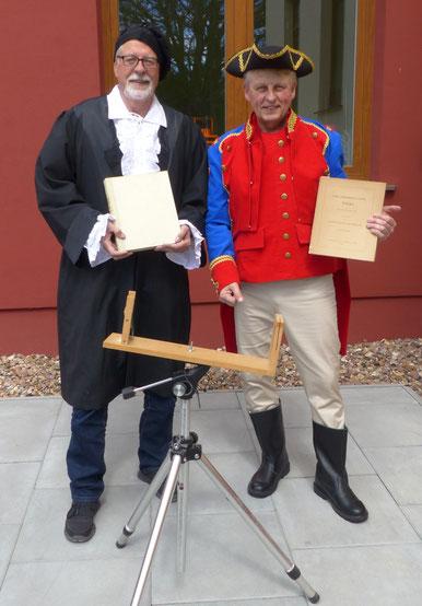 Klaus Kertscher und Michael Remmers empfangen die Besucher am Gauß-Tag in historischen Kostümen
