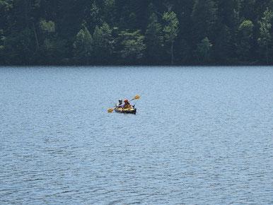 キャンプに来てカヌーで釣りを楽しむ若くてお洒落なご夫婦。いいねえ。