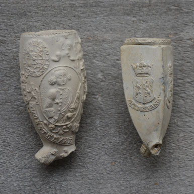 Voor de afmeting ; ter vergelijk naast een standaard groote reliefkop. Hielmerk is D ongekroond, waarschijnlijk rond ca 1740 door Jan van Leeuwen in Gouda gemaakt