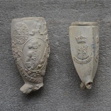 Voor de afmeting ; ter vergelijk naast een standaard grootte reliefkop. Het pijpje is waarschijnlijk rond ca 1740 door Jan van Leeuwen in Gouda gemaakt