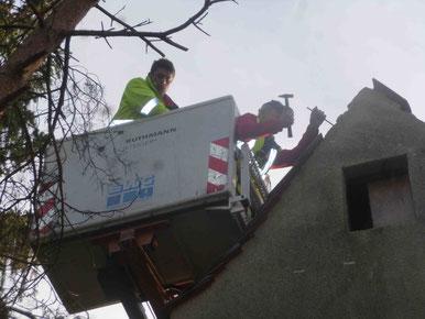Das Dach wird von Michael Christ repariert