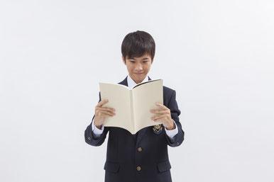 本を読む中学生