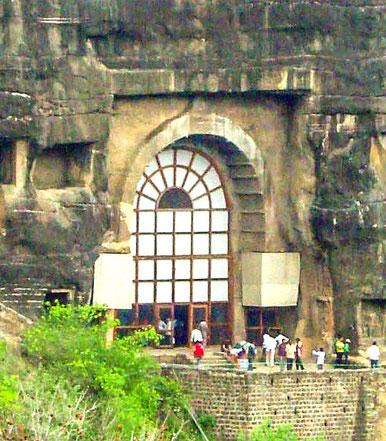 Ajanta_cave_10_entrance