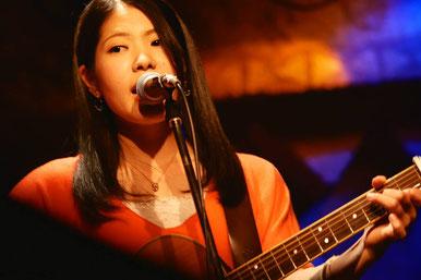 実咲:沖縄出身。映画『ストロベリーばななシェイク's』にて主題歌を担当。