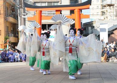 令和元年の踊り子は師匠のお弟子さん5人に町内から素人1人。特訓で鍛え上げられて本番を目指します。
