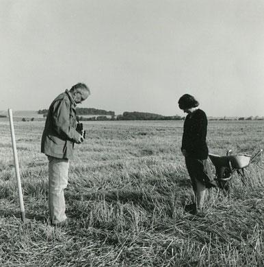 005 L'Angélus de Millet version avec appareil photographique . Meuvaines, Calvados. Août 1998