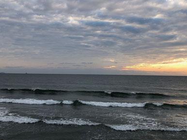 夕方小波ですが乗れそうな波が!!
