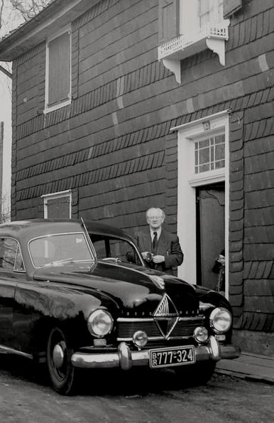 """Historisches Foto: Hanns Heinen vor dem sogenannten """"Schwarzen Haus"""", ca. 1958"""