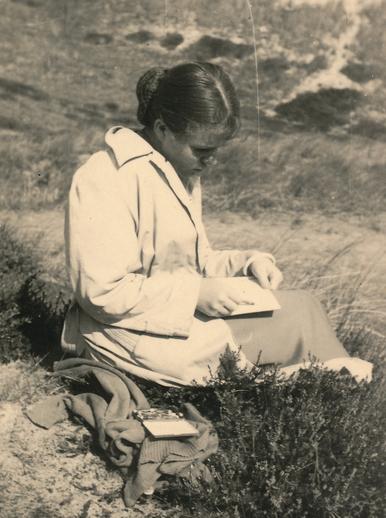 Die Malerin Bettina Heinen beim Malen am Strand von Sylt, 50er Jahre