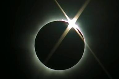 Totale Sonnenfinsternis mit Koronaschauspiel