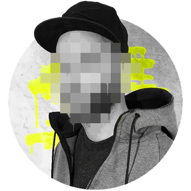 Der Graffiti Sprüher Ohm One steht verpixelt vor einer Wand. Er trägt einen grauen Kaputzen Pullover und schwarzes Cap