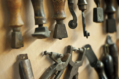 Schuhmacherwerkzeug. Photo: Vickermann & Stoya.