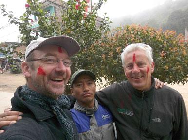 v.l.: Roland Groth, Trekking Guide Nabaraj Tamang und Matthias Schrenk mit den roten Farben im Gesicht, die am Holi-Fest gegenseitiges Glück verheißen.