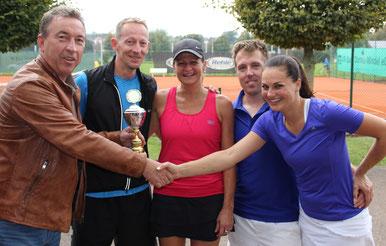 Titelverteidiger Rainer Mayer überreicht den Siegern des Mixed-Cups den Wanderpokal