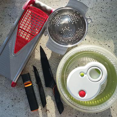 Gemüsehobel, Dampfkorb/Sieb, Salatschleuder und Messer