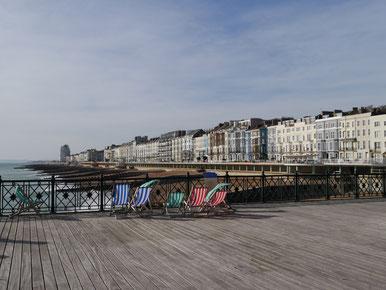 Blick vom Pier auf die Strandpromenade von Hastings