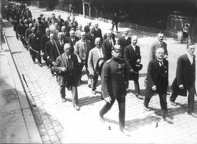 Regimentsappell des Infanterieregiments 82, 1928: 1 Bankdirektor Ernst Benfey, 2 Hauptmann d.R. Carl Friedrich Walbaum (Rechtsanwalt), 3 Feldwebel Schmidt, 8. Kompanie. Städtisches Museum Göttingen