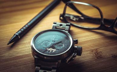 Uhr, Brille, Stift