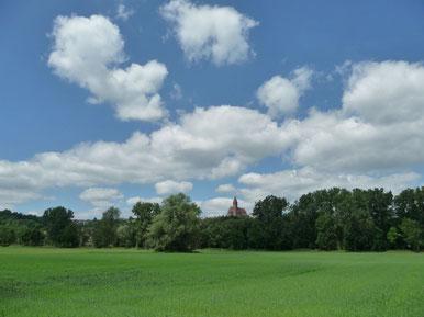 Kirche am Hang oberhalb des Donautales
