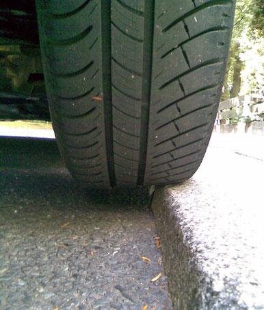 Detailaufnahme von Reifen eines parkenden Auto