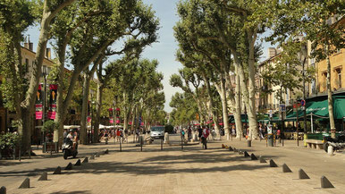 von Bäumen gesäumte Promenade in Aix en Provence © Arkadiusz Förster auf Pixabay